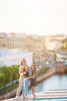 Familia en la azotea disfrutando con vista de la hermosa puesta de sol en sankt petersburg en rusia