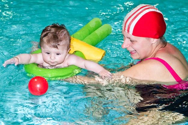 Familia con bebe en la piscina