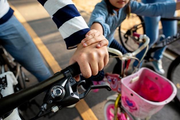 Familia en bicicleta en el parque