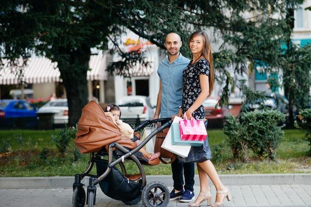 Familia con bolsa de compras en una ciudad.