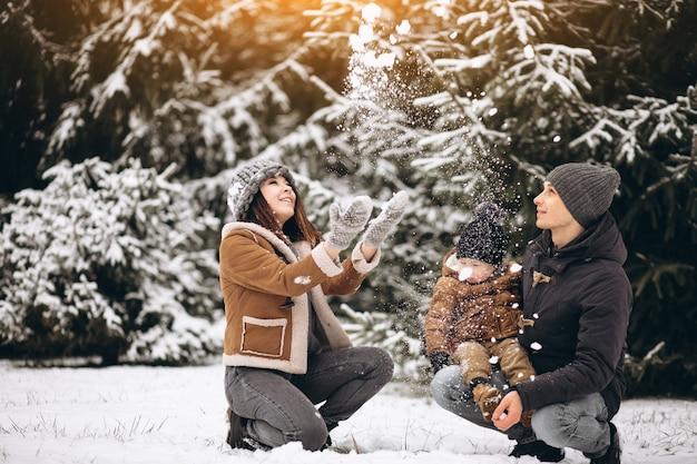 Familia en un bosque de invierno