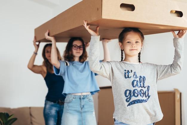 Familia con cajas de cartón. mudarse a una nueva casa.