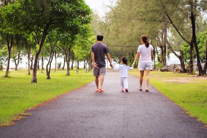 Familia caminando en el parque por la mañana