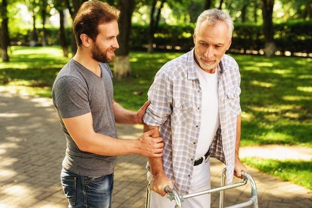 Familia caminando en el parque de rehabilitación al aire libre
