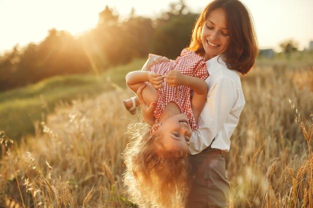 Familia en un campo de verano. foto sensual. pequeña niña bonita.