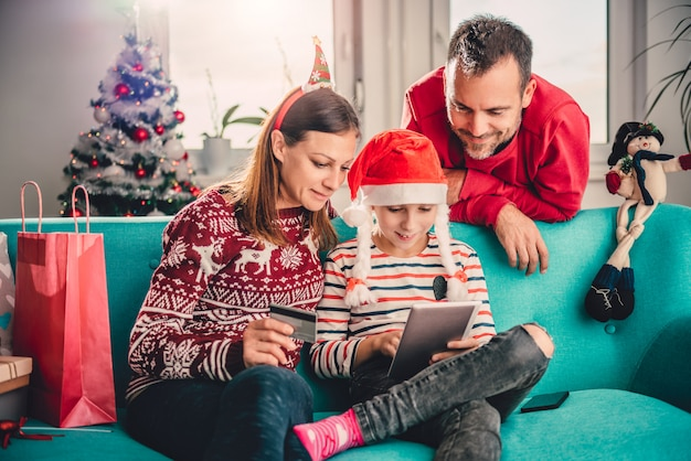 Familia en casa comprando en línea