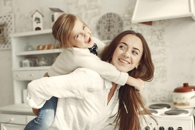 Familia en casa. madre con hija en una habitación.