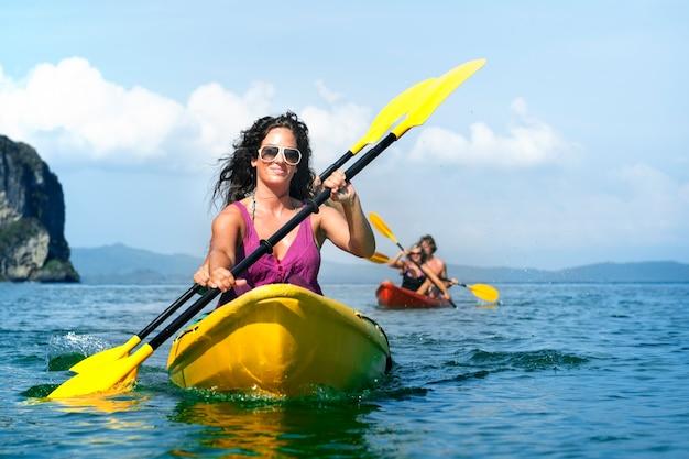 Una familia caucásica disfruta de las vacaciones de verano.