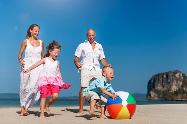 Una familia caucásica está disfrutando de las vacaciones de verano