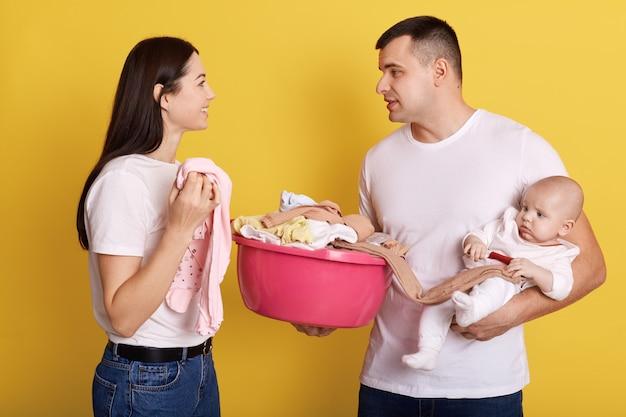 Familia caucásica hablando felizmente mientras trabajan juntos sobre casa
