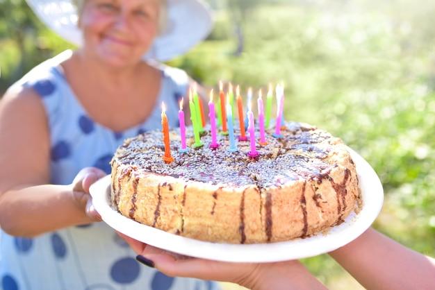 Familia celebrando el cumpleaños de la abuela juntos