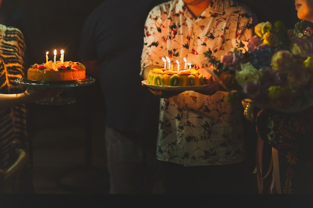 Familia celebrando cumpleaños con pastel.