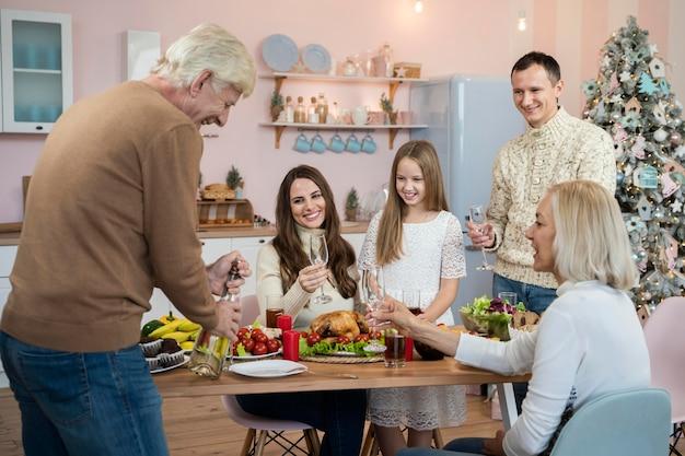 Familia celebratine navidad en casa
