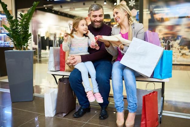 Familia en centro comercial