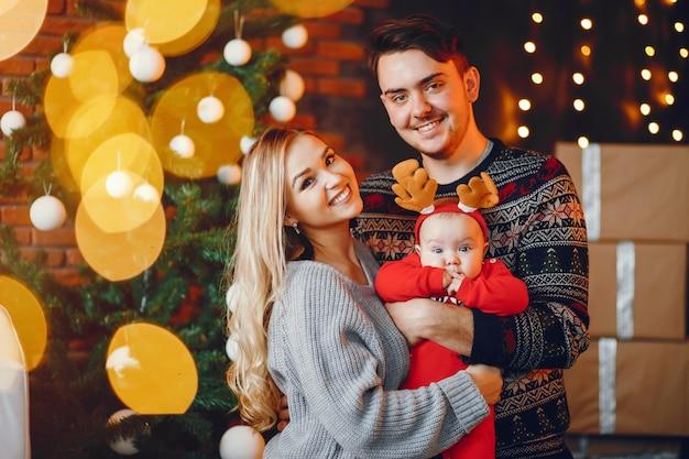 Familia cerca de arbol de navidad