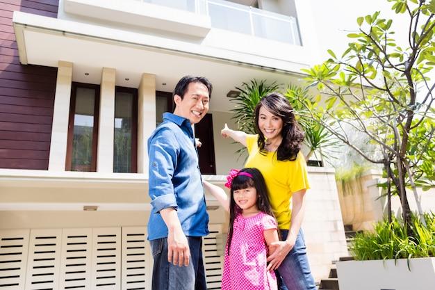 Familia china en frente de la casa