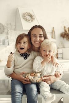 Familia en una cocina. hermosa madre con hija pequeña.