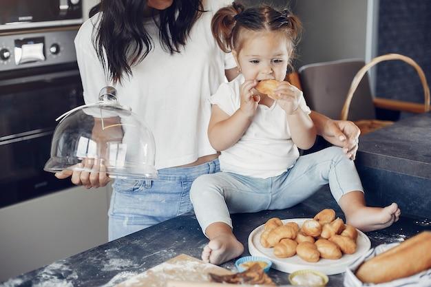 Familia cocina la masa para galletas