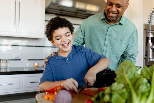 Familia cocinando el desayuno juntos en casa