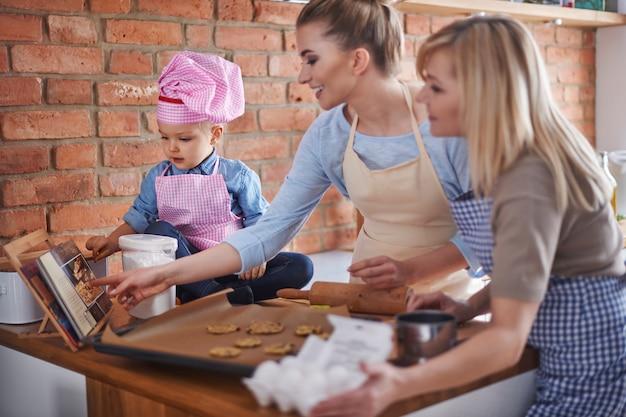 Familia cocinando juntos