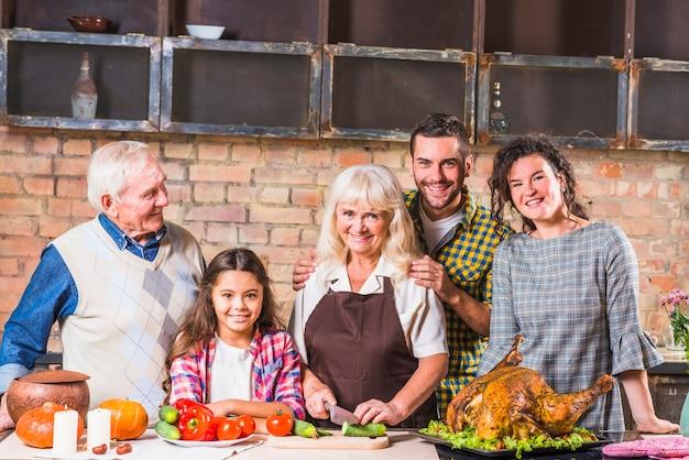Familia cocinando pavo en la cocina