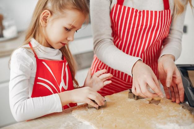 Familia cocinar la masa para galletas.