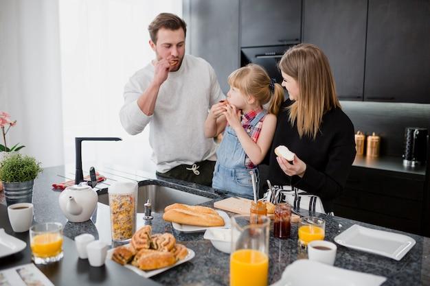 Familia comiendo bocadillos abiertos