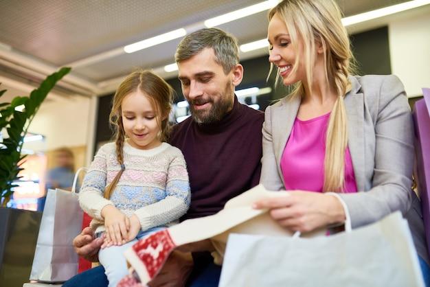 Familia de compras para navidad