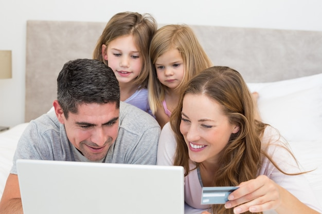 Familia con compras con tarjeta de crédito en línea