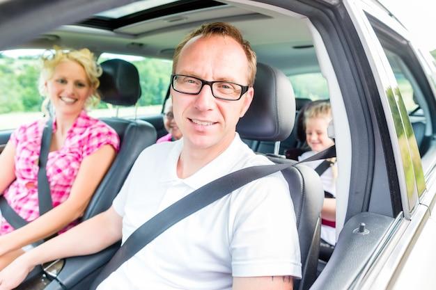 Familia conduciendo en coche con cinturón de seguridad abrochado