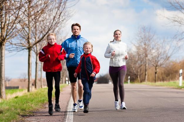 La familia corre al aire libre