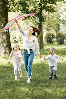 Familia corriendo con una cometa