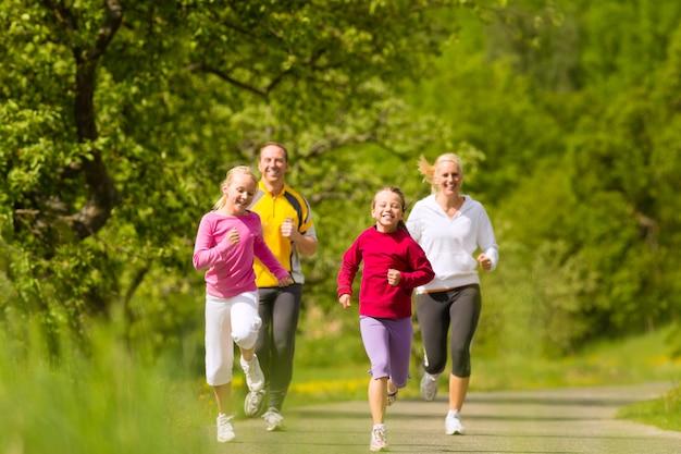 Familia corriendo para practicar deporte al aire libre