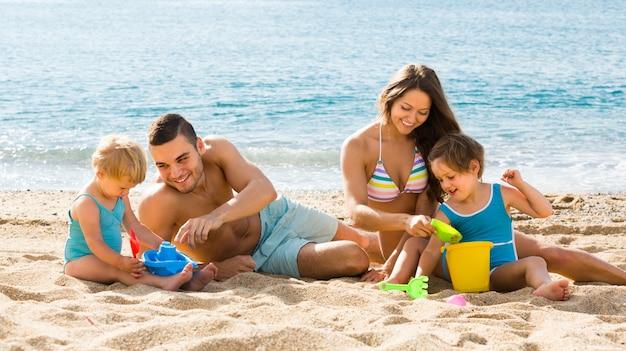 Familia de cuatro en la playa