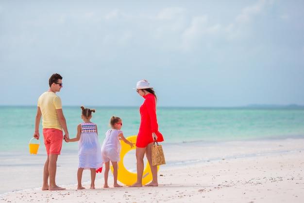 Familia de cuatro en vacaciones