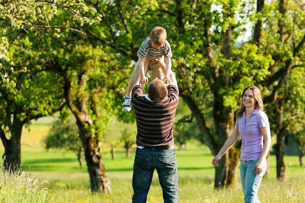 Familia dando un paseo al aire libre en verano