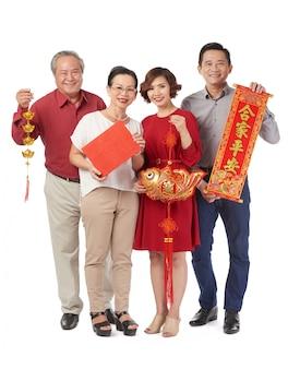 Familia con decoraciones tradicionales.