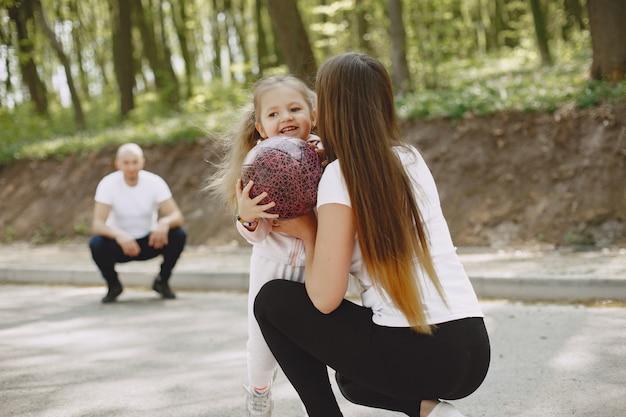 Familia deportiva en un bosque de verano