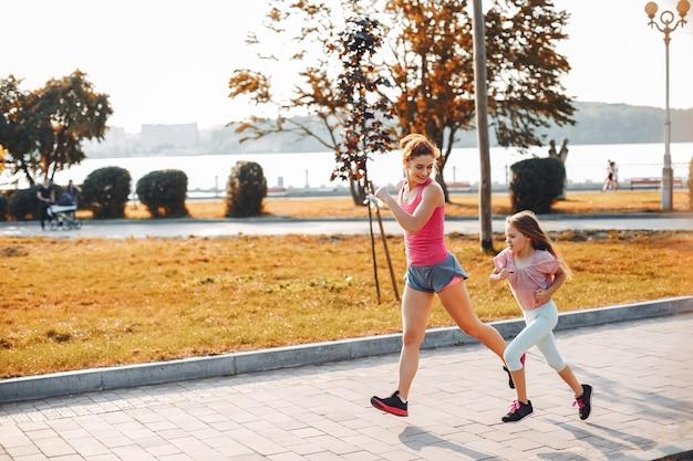 Familia deportiva en un parque de verano.