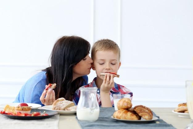 Familia durante el desayuno