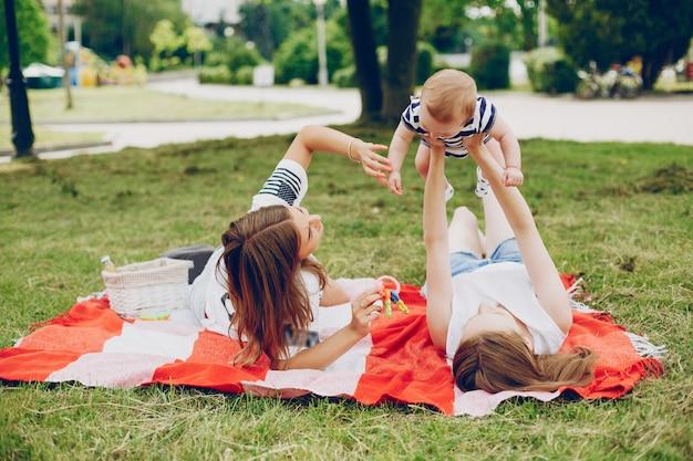 La familia descansa en el parque.