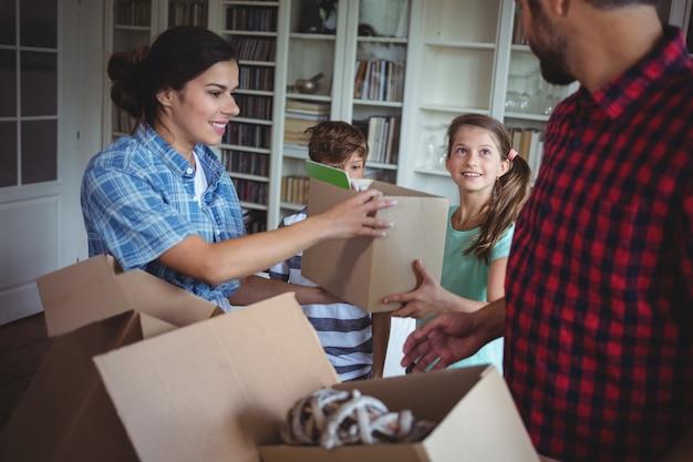 Familia desempacando cajas de cartón juntas