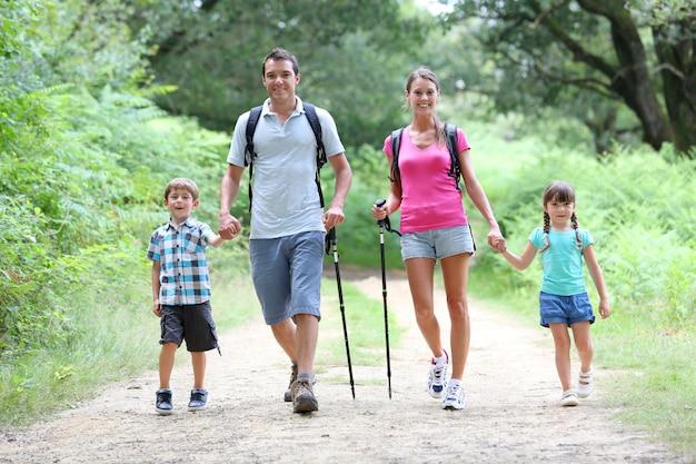 Familia en un día de trekking en el campo.