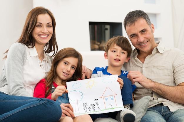 Familia con dibujo de casa nueva