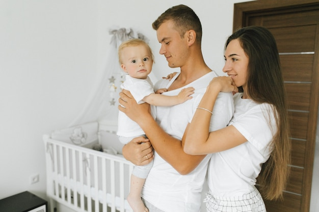 La familia disfruta de estar juntos en su casa.