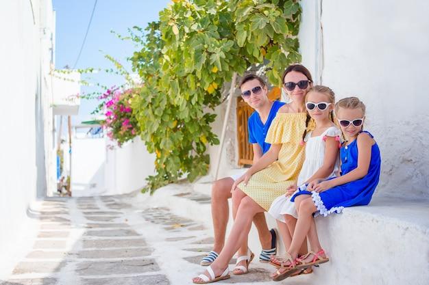 Familia divirtiéndose al aire libre en las calles de mykonos