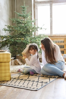 Familia divirtiéndose en el día de navidad