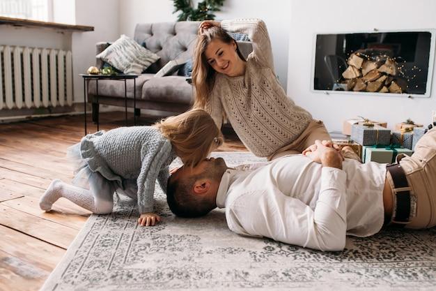 Familia divirtiéndose juntos en casa