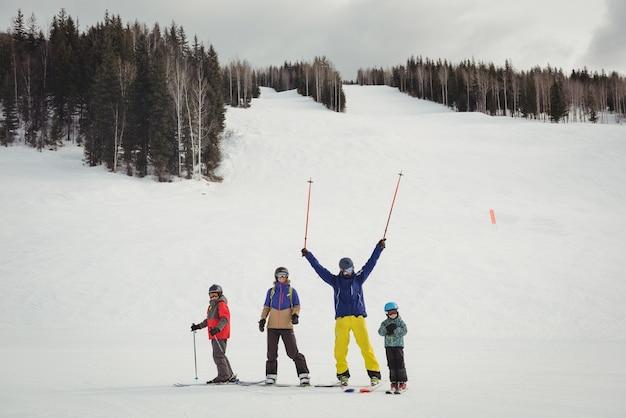 Familia divirtiéndose mientras esquiaba