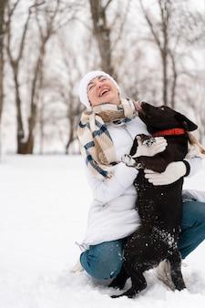 Familia divirtiéndose en la nieve.